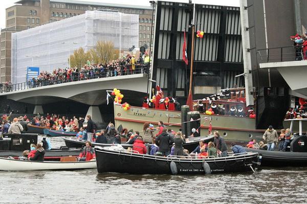 San Nicolás llega a las ciudades holandesas en barco de vapor