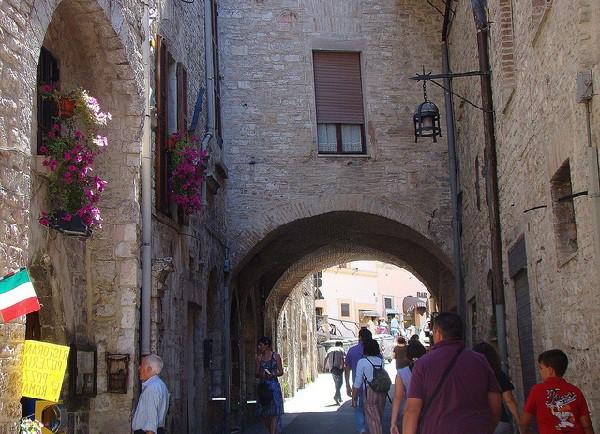 La ciudad de origen del fundador de la Orden Franciscana