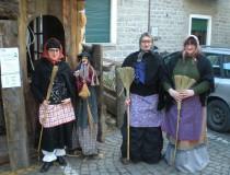 La Befana, anciana encargada de repartir dulces o carbón la noche de Reyes