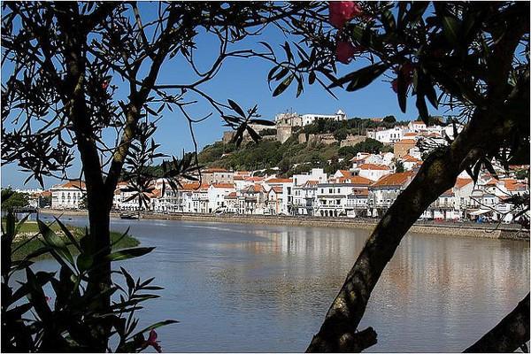 Preciosas vistas de Alcácer do Sal, una de las ciudades más antiguas de Portugal