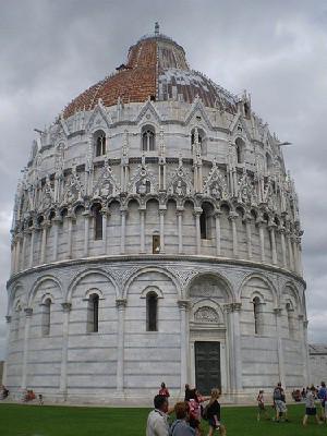 Es el baptisterio más grande de Italia