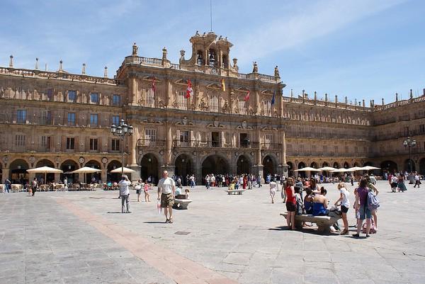 De planta cuadrangular y estilo barroco
