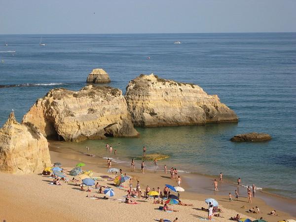 Praia da Rocha, una de las playas más populares del Algarve portugués