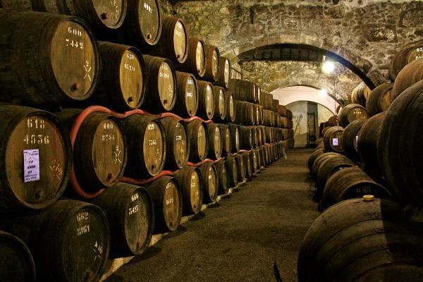 Interior de una bodega en la que se elaboran los famosos vinos de Oporto