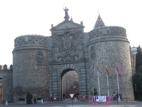 Puentes y puertas majestuosas dan acceso a la ciudad