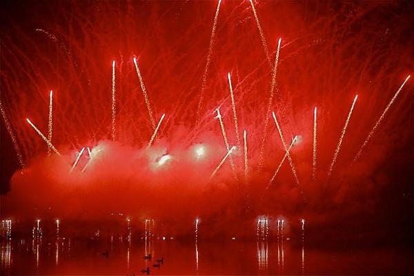 Fuegos artificiales para celebrar el Año Nuevo en Portugal