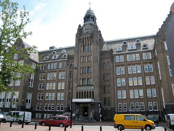 Lloyd Hotel, un hotel de Amsterdam con una cama para 8 personas