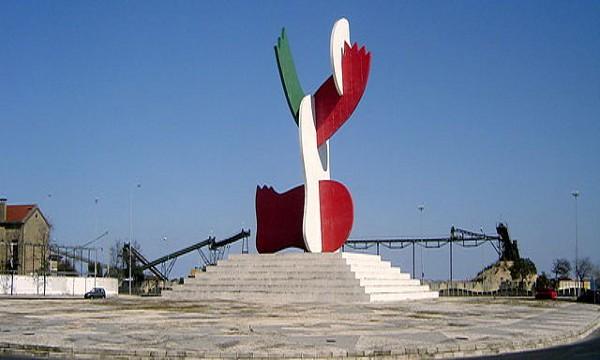 Plaza 25 de abril y monumento conmemorativo de Lisboa