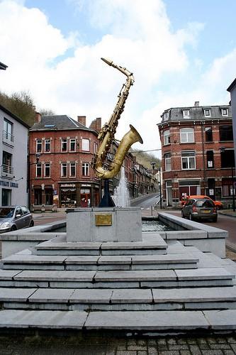 Estatua de un saxofón en Dinant en homenaje a Adolphe Sax