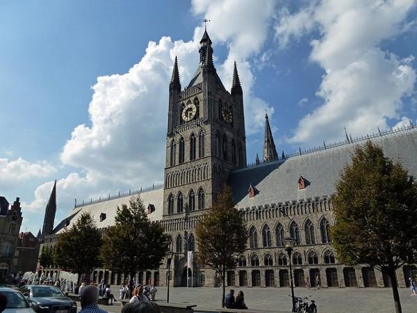 El Ayuntamiento de Ypres, reconstruido tras la Primera Guerra Mundial