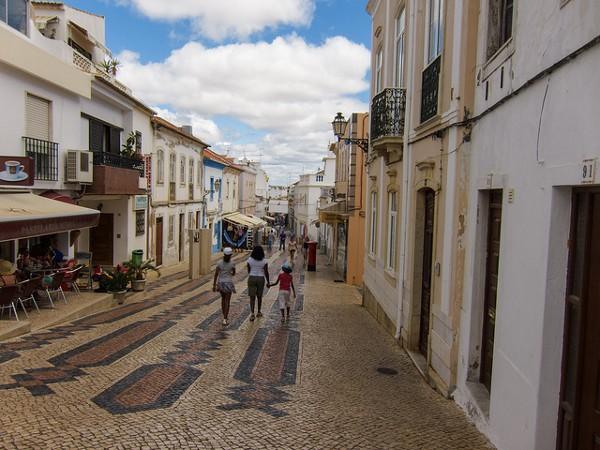 Calle peatonal en el centro histórico de Lagos, Portugal