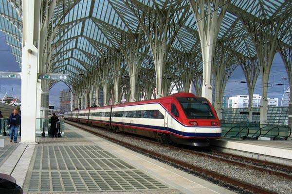 Un tren llegando a la estación de Lisboa