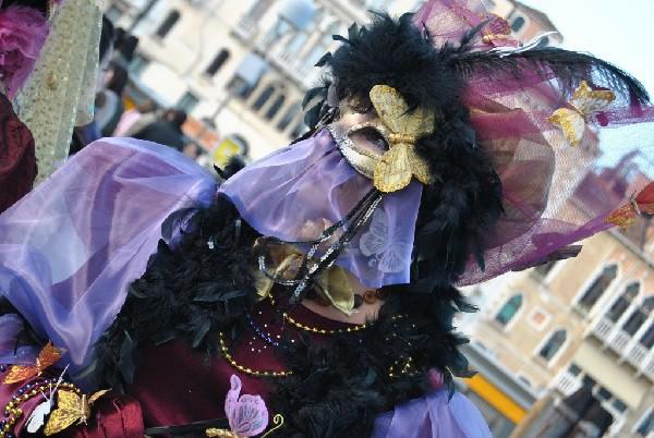 Trajes refinados de época y máscaras son los protagonistas de este carnaval