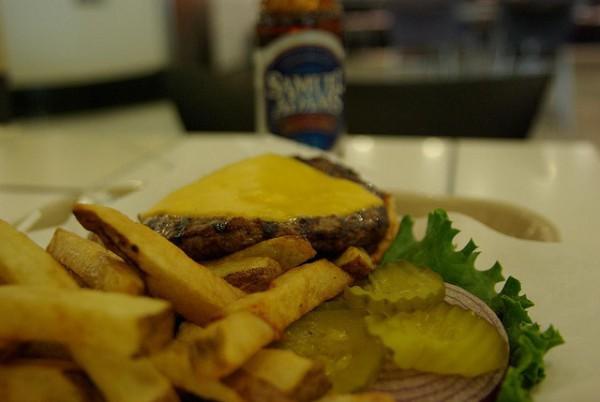 Burger Joint, una de las hamburgueserías más sorprendentes de Nueva York