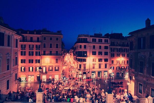 La Plaza España de Roma siempre está llena de turistas
