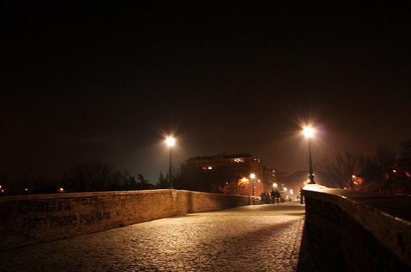 El Puente Milvio de Roma, en la oscuridad