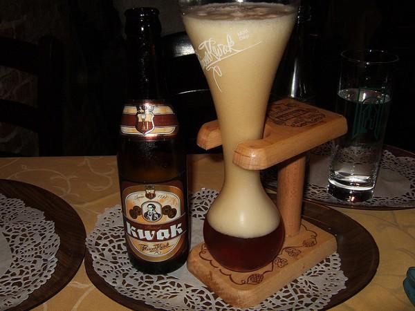 La cerveza Kwak y el vaso en el que se toma