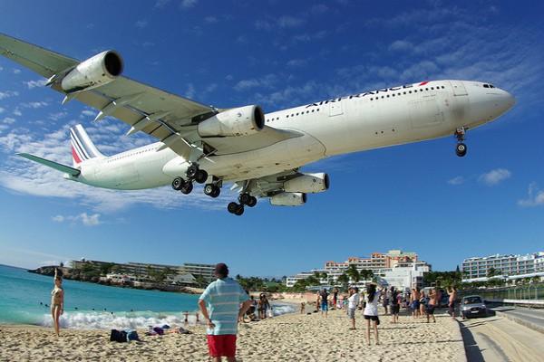 Los aviones aterrizan a metros de la playa en San Martín