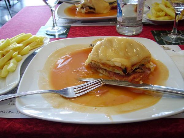 Una francesinha, un plato moderno pero ya típico de la gastronomía portuguesa