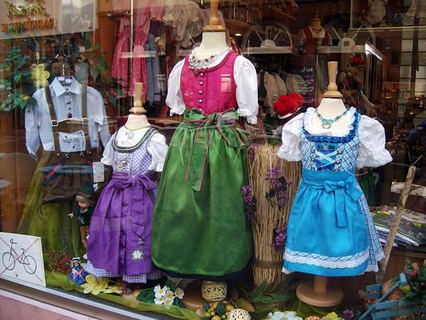 El dirndl y el lederhosen son los trajes típicos de Baviera