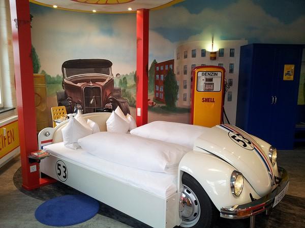 Una de las habitaciones del V8, un curioso hotel en Stuttgart