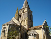 La iglesia de Saint Pierre Aulnay de Saintonge en Francia