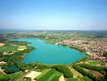 Bañolas, el pueblo de Gerona junto a un gran estanque