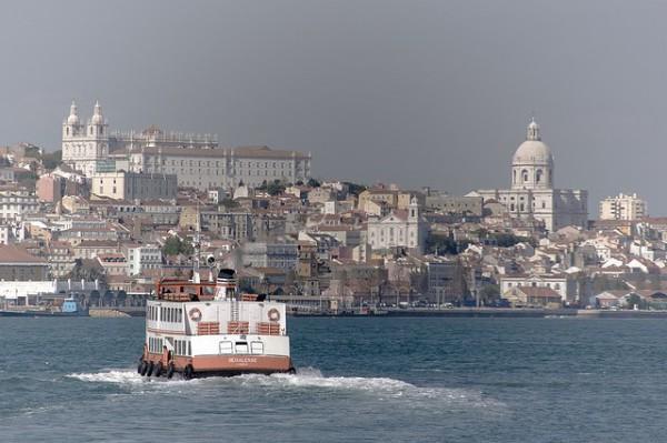 En barco turístico o en ferry de línea regular, conoce Lisboa desde el Tajo