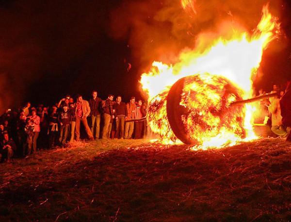 En Ludge se celebra la Pascua con bolas gigantes de fuego