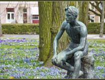 Monumento Joven Sentado en Groninga