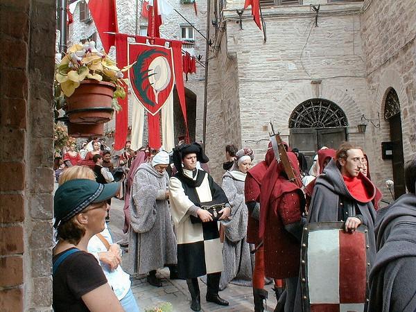 Durante las fiestas de Calendimaggio, Asís regresa al renacimiento