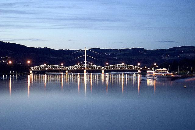 Puente sobre Danubio en Linz