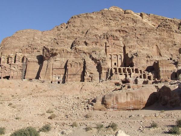 Petra es una antigua ciudad de Jordania excavada en piedra