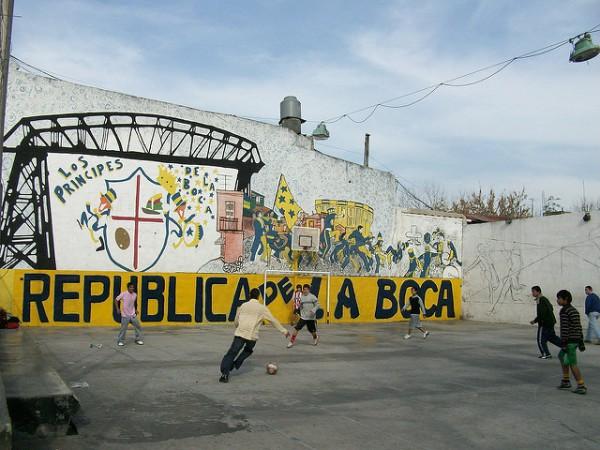Niños jugando al fútbol en una plaza de Buenos Aires