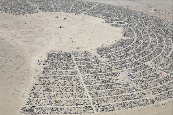 Vista aérea de la ciudad que surge en torno al festival Burning Man