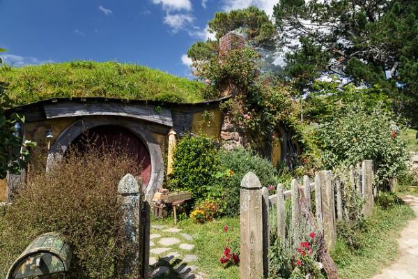 En Hobbiton se recrea una auténtica aldea hobbit, al estilo de como la concibió Tolkien