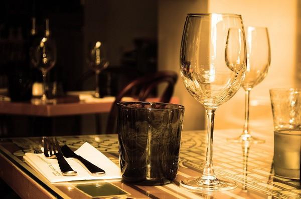 Cubertería sobre la mesa