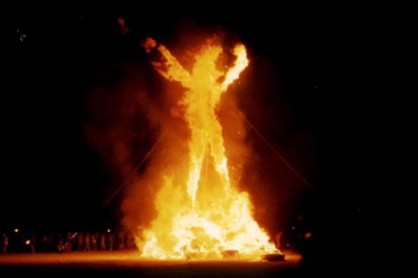 La estatua de un hombre ardiendo es el punto de reunión del Burning Man Festival