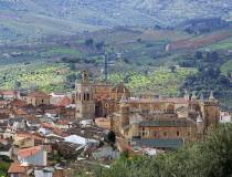 El pueblo cacereño de Guadalupe y su famoso monasterio
