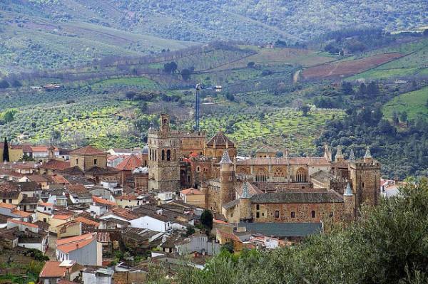 Vista del pueblo cacereño de Guadalupe, con su conocido monasterio