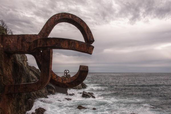 El Peine del Viento es una famosa escultura en la Playa de Ondarreta