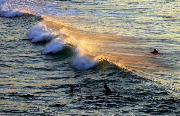 Surferos en la playa de la Zurriola, en San Sebastián