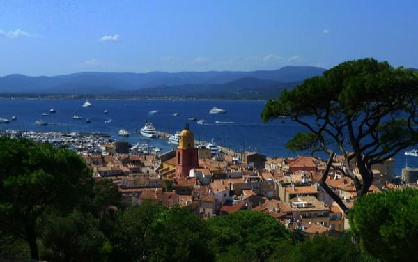 Vistas de Saint-Tropez, una de las ciudades famosas de la Costa Azul