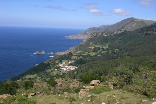 El pueblo se encuentra escondido entre los acantilados de la Sierra de Capelada