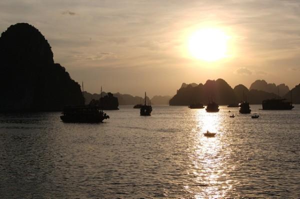 El sol se pone en la Bahía de Ha Long