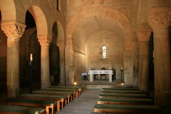 El interior de la iglesia prerrománica de San Juan de Baños