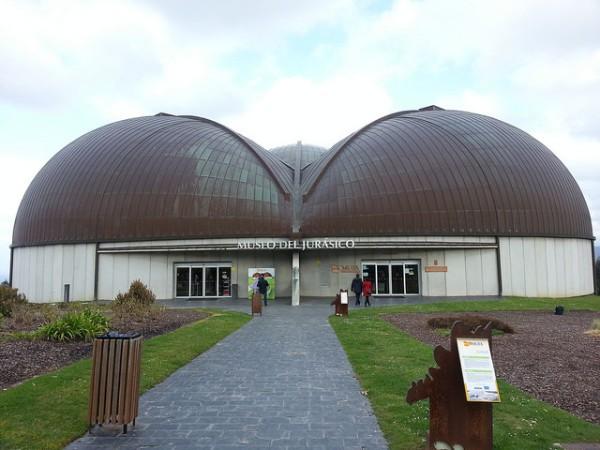 Entrada principal al Museo del Jurásico de Asturias