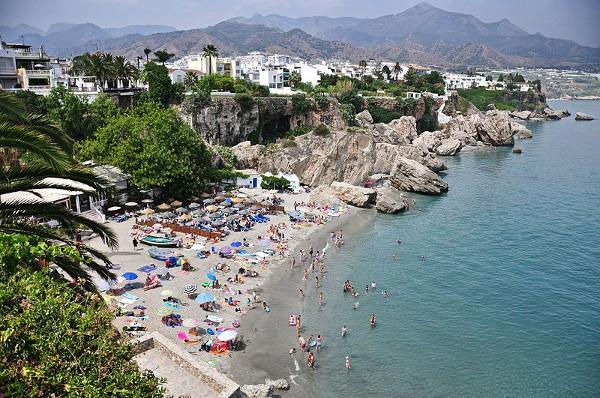 En Nerja se entremezclan playas con acantilados