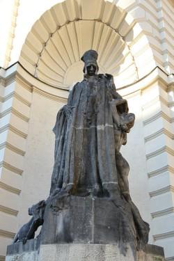 La estatua de Judah Loew, el rabino más famoso de Praga