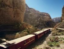 El Lagarto Rojo, el tren que recorre las montañas de Tozeur en Túnez
